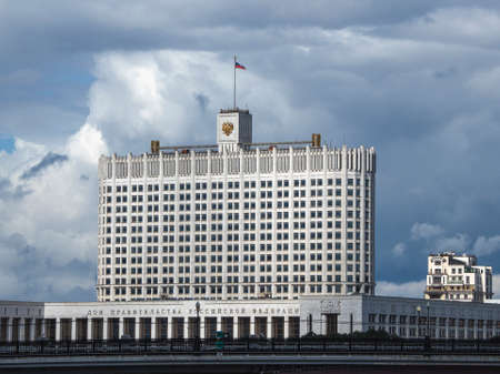 """Beautiful view of the Russian Government House with flag against the blue sky. Translation: """"Russian Federation Government House"""" Stock fotó"""