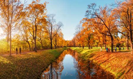 Beautiful sunny autumn day. Panorama of the autumn park with walking people. Tsarskoe selo. Russia. Archivio Fotografico