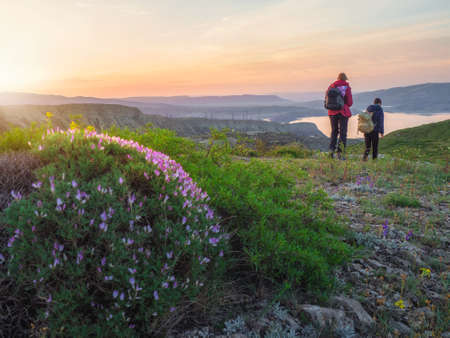 Walking and hiking trails in the mountain range in the early morning. Woman backpacker tourists hiking. Standard-Bild