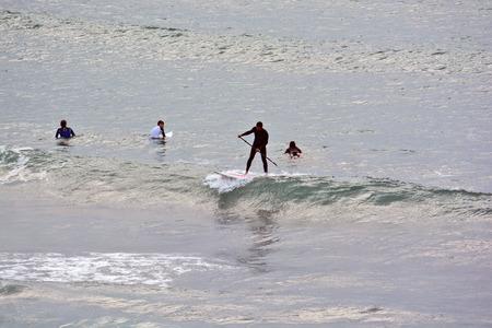 siervo: surf y kitesurf en el mar sredizenom fuera de Tel Aviv