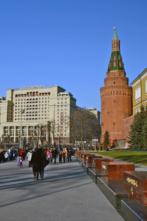 ceremonial clothing: Moscow, Russia - March 1, 2014: Moscow Kremlin. Alexander Gardens, Tomb of the Unknown Soldier