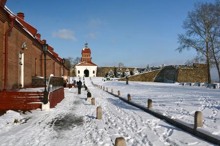 puertas de hierro: Novokuznetsk, Rusia - 18 de octubre 2014: un monumento a la historia y la arquitectura Kuznietsk fortaleza en la ciudad de Novokuznetsk, regi�n de Kemerovo, Siberia Editorial