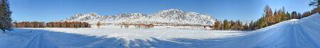 paesaggio panoramico di strada del villaggio invernale