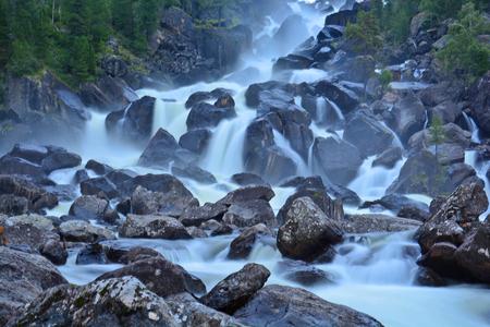 Uchar Waterval op de Chulcha River, The Big Chulchinsky. Altai, Rusland