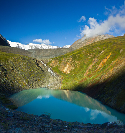Beautifull turquoise lake mirror  with view to green mountains  in Altaj, Russia  at the summer Reklamní fotografie - 95915177