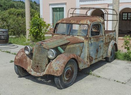 rusty: viejo coche oxidado