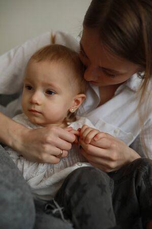 Porträtmutter mit ihrer kleinen Tochter. Nahaufnahme.
