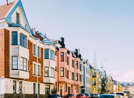 case colorate: strada di case colorate in un giorno soleggiato a Helsinki