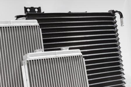 radiator: calentador de radiador del coche aislado en el fondo blanco. sistema de refrigeración de repuesto de motor de combustión interna