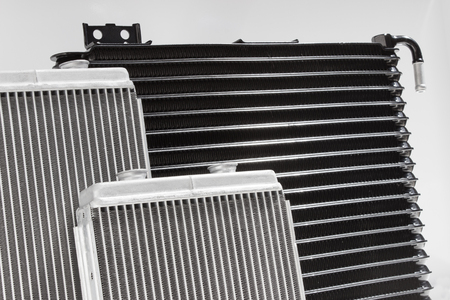 Radiatore auto isolato su sfondo bianco. sistema di raffreddamento ricambio del motore a combustione interna
