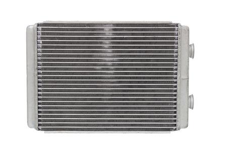 calentador de radiador del coche aislado en el fondo blanco. piezas de automóvil