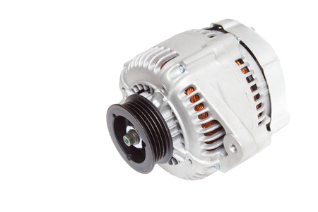 polea: alternador  generador del motor de un automóvil en un fondo blanco Foto de archivo