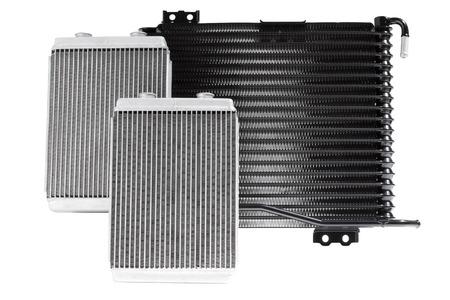 Vari radiatori automobili per sistemi di raffreddamento del motore per aria condizionata, per riscaldare l'abitacolo, per il raffreddamento dell'olio in una trasmissione automatica
