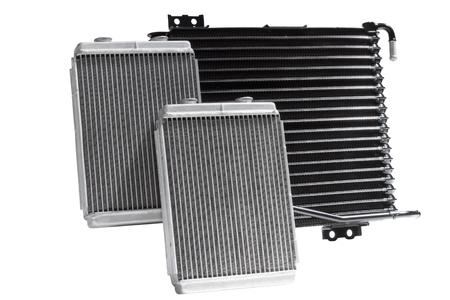 Varios radiadores de automóviles para los sistemas de refrigeración de motores de aire acondicionado, para calentar el compartimiento de pasajeros, para enfriar el aceite en una transmisión automática