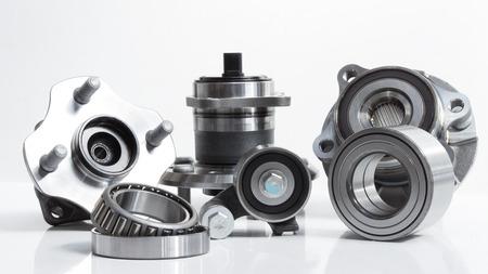 rulos: se encuentra en un fondo blanco variedad de rodamientos y rodillos de amplia gama de aplicaciones, desde el cubo del automóvil para tensores de correa del motor Foto de archivo