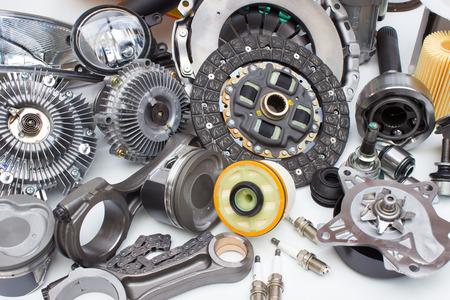Groep auto-motor onderdelen geïsoleerd op een witte achtergrond Stockfoto