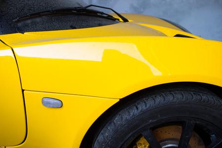 Gros plan photo du corps d'une voiture de sport jaune Banque d'images - 82409875