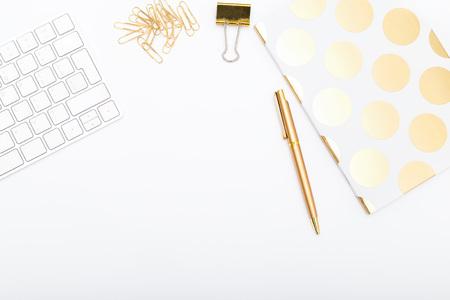 Werkplek met gouden objecten. Kopieer ruimte