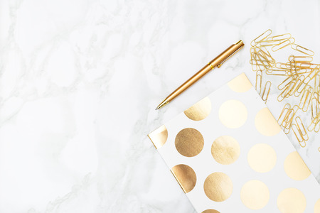 テーブルの上に文房具の黄金色。教育の概念 写真素材