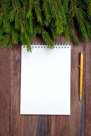 Goal planning. notepad and golden pen on wooden background. Banque d'images - 134805077