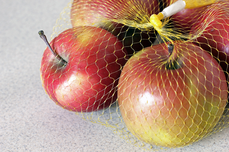 Apples in the grid in the kitchen. Red apples Imagens