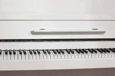 Piano blanc. Touches de piano Banque d'images