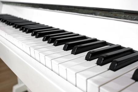 Piano blanc. Touches de piano
