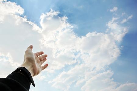 Una mano extendida al cielo Foto de archivo