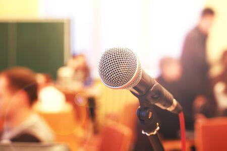 Cerca de micrófono en el fondo de la sala Foto de archivo