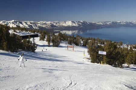 ski slopes: Una giovane donna sciatore inesperto scendendo il pendio su un lago Tahoe stazione sciistica.