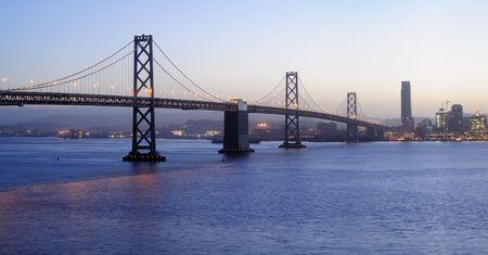schateiland: High-Resolution panoramisch beeld van de Bay Bridge in de schemering (schot van Treasure Island). Copyspace op de boven- en ondermarge.