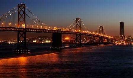 schateiland: Een hoge resolutie gestikte beeld van Bay Bridge (schot van Treasure Island). Copyspace op boven- en onderaan rechts. Stockfoto