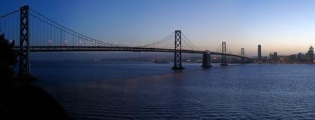 ile au tresor: Pont de la baie dans le cr�puscule de collecte. Une image haute r�solution cousue abattu de Treasure Island, San Francisco Bay Area, Californie.