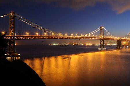 ile au tresor: Bay Bridge, San Francisco, � la tomb�e de la nuit. Plan de l'�le au tr�sor.