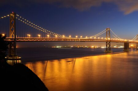 schateiland: Bay Bridge, San Francisco in de schemering. Shot van Treasure Island.