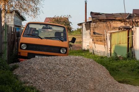 Old abandoned minivan in village Zdjęcie Seryjne