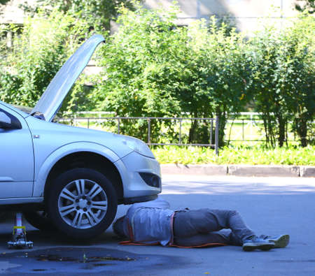 Small car repair in street conditions, ulitsa Podvoyskogo, Saint Petersburg, Russia August 2020 Banco de Imagens - 152969276