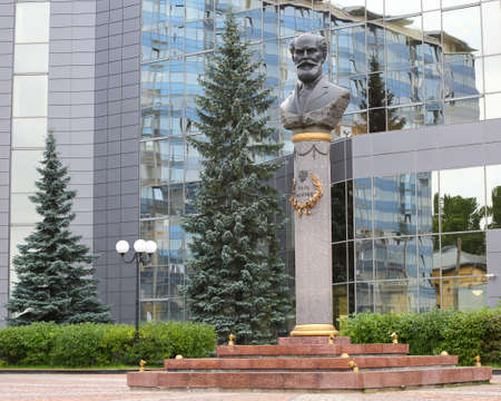Monument to Karl Faberge, 8 Zanevsky Prospekt, Saint Petersburg, Russia, August 2020 Banco de Imagens - 153231959