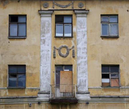 Facade of an old non-residential building, 13 Utkin prospekt, Saint Petersburg, Russia, August 2020 Banco de Imagens - 153614373