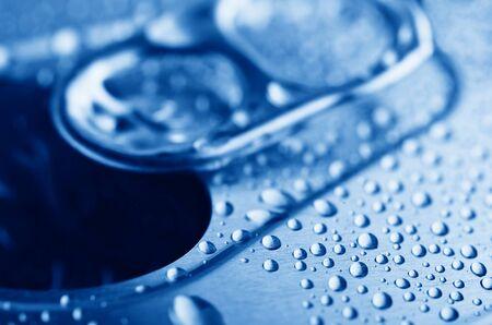 condensacion: primer plano tire pestaña de estaño con la condensación Foto de archivo