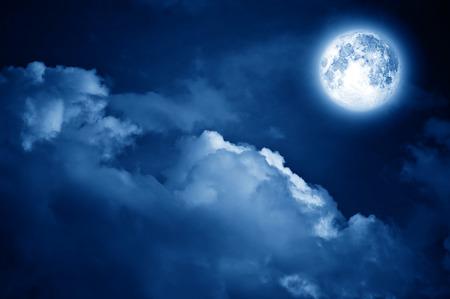 noche y luna: Luna mágica en el cielo nocturno