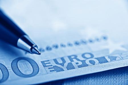 Stylo sur l'euro d'argent Banque d'images - 43539394
