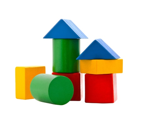 juguetes de madera: Bloques de madera de los ni�os de diferentes colores sobre un fondo blanco Foto de archivo
