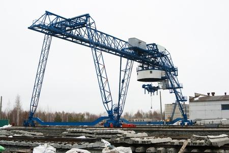 slings: large gantry crane in between lifting