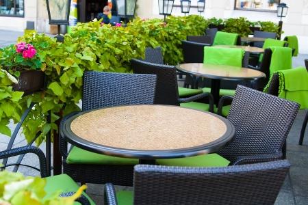 patio furniture: Tabelle nel caff� d'estate per la strada della citt� vecchia di Cracovia