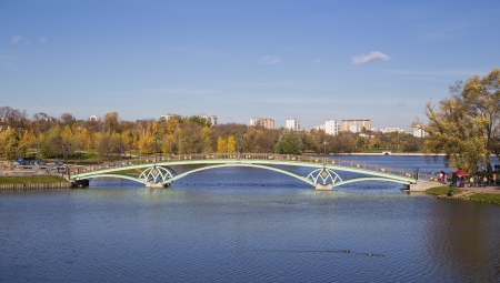 Metal arch bridge across the pond  Moskyva  Tsaritsyno photo