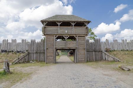 오래 된 요새의 게이트 위에 목조 타워 스톡 콘텐츠