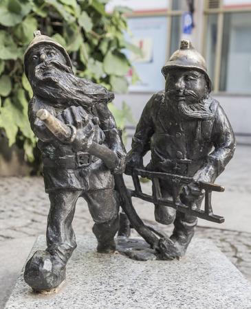 gnomos: WROCLAW, Polonia - 04 de agosto: Los gnomos del servicio de bomberos en Wroclaw el 04 de agosto de 2013. Polonia