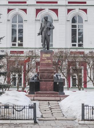 ulyanov: The monument to Vladimir Ilyich Lenin (Ulyanov) on the background of the building in winter. Vladimir. Russia