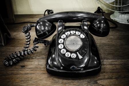 viejo teléfono negro con disco giratorio Foto de archivo